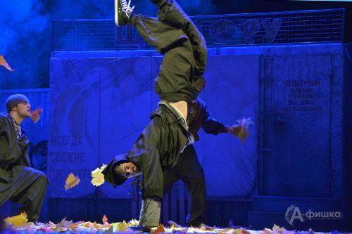 Сцена из премьерного спектакля «Зимы не будет!» по пьесе В. Ольшанского в Белгороде
