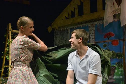 Сцена из спектакля «Приговорённый к счастью» в БГАДТ им. Щепкина