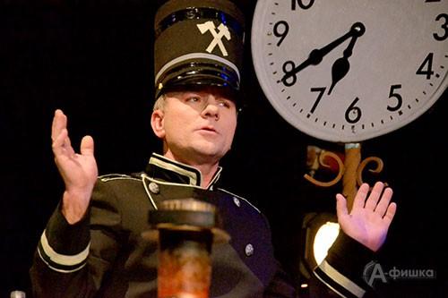 Практически весь первый акт происходит на вокзале, где хозяйничает суетливый начальник в энергичном, подробном исполнении Андрея Зотова