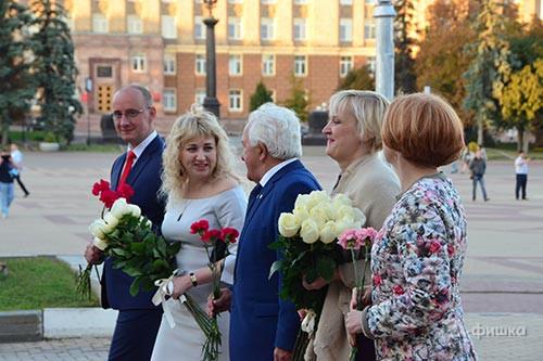 Цыеты к памятнику Щепкину — традиция перед открытием сезона театра имени Щепкина в Белгороде