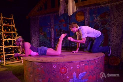 Сцена из спектакля по рассказам Захара Прилепина «Приговорённый к счастью» на Малой сцене БГАДТ им. Щепкина