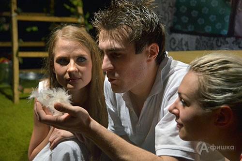 Дарья Ковалевская, Нина Кранцевич и Роман Рощин в спектакле «Приговорённый к счастью»