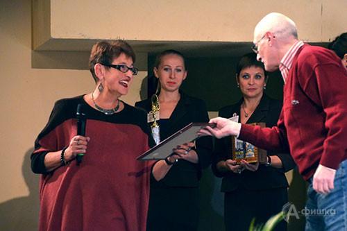 Наталья Давидовна Старосельская, председатель экспертного совета фестиваля, вручает диплом режиссёру Семёну Спиваку