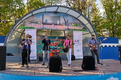 Своей музыкой известная белгородская рок-группа «Кольцо Нибелунга» объединила на танцплощадке парка Победы представителей разных поколений.