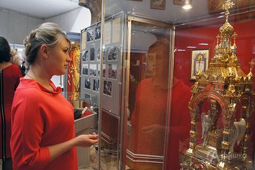 Первые посетители выставки «От «чёрных ножей» к ювелирному искусству» Мастерских «ЛиК» в Белгороде