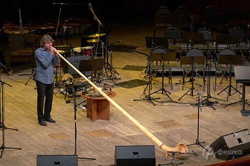 Аркадий Шилклопер исполняет соло на альпийском роге