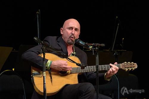 Гитарист трио Дуду Кюйерье предстал перед публикой и в роли певца