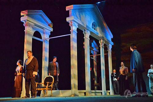 Сцена из премьерного спектакля «Зыковы». Автором сценографического решения стала Анастасия Глебова, художником по костюмам — Андрей Климов