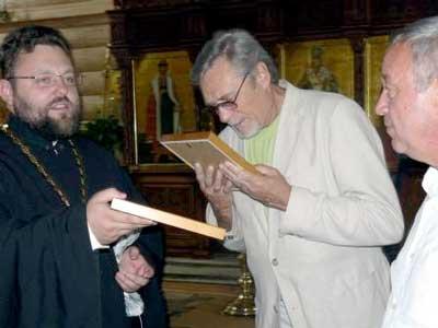 Отец Кирилл дарит Александру Михайлову икону с ликом Иоанна Кронштадского (Белгород)