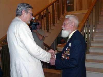 Александр Михайлов, заметив одиноко стоящего ветерана, извинился перед журналистами и подошёл к нему