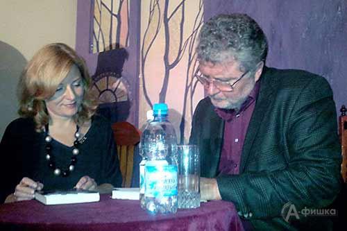 Юрий Поляков дает автограф сотруднице театра Н. Ненько — поклоннице его литературного таланта