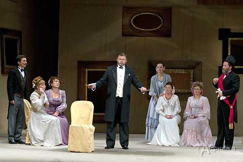 Сцена из спектакля «Завороженное семейство». В центре — народный артист РФ Виталий Стариков