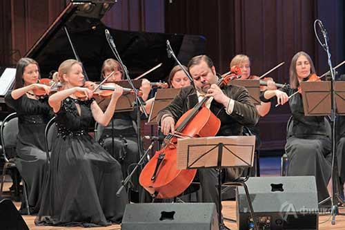 На сцене — камерный оркестр «Mezzo music» и Борислав Струлёв