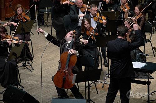Слушатели насладились нетрадиционными приемами игры Борислава Струлёва на виолончели с ударами и извлечением звуков у подставки, эффектными скольжениями, сочетанием несочетаемого