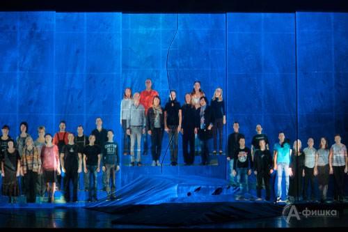 Финальное появление на экране всех работников театра, принимавших участие в постановке «Сыновей моих братьев»